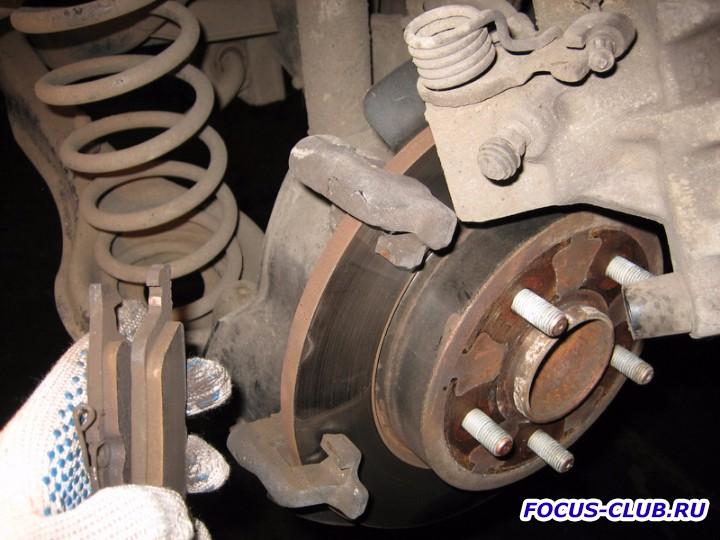 Вытаскиваем старые тормозные колодки Ford Focus 2 - IMG_5936.jpg