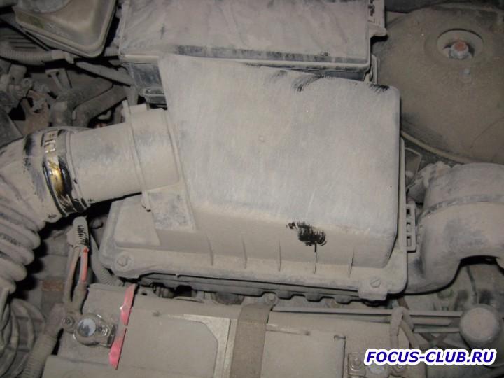 Откручиваем болты крепления крышки воздушного фильтра Ford Focus 1 - IMG_3311.jpg