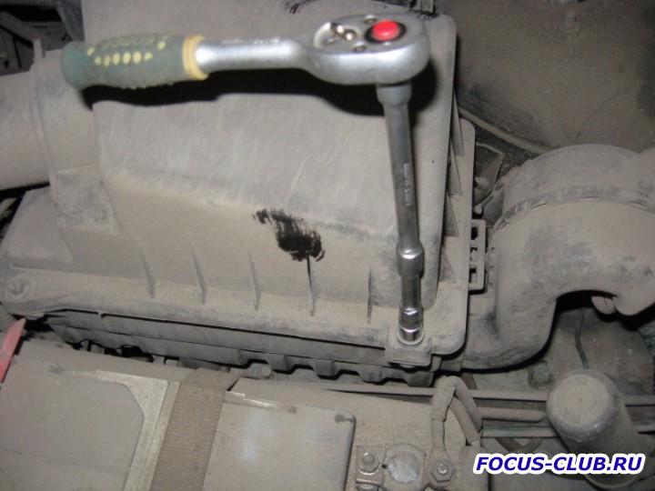 Откручиваем болты крепления крышки воздушного фильтра Ford Focus 1 - IMG_3312.jpg